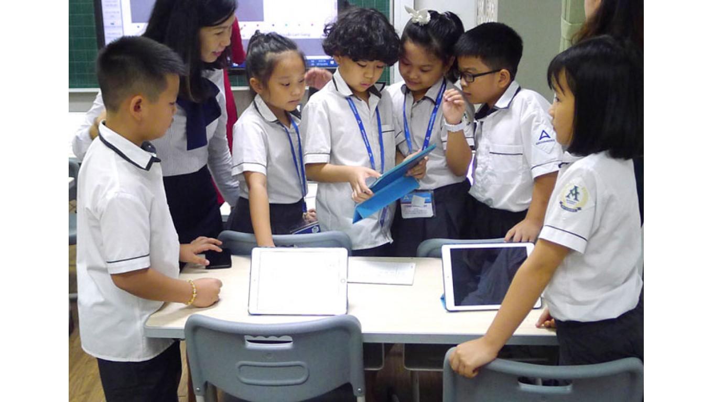 Hà Nội trao thiết bị hỗ trợ học tập đợt 4 cho học sinh khó khăn